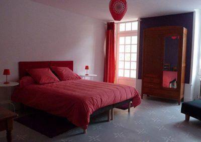 Chambre violette avec un lit de 160x200